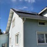 Aurinkopaneelit katolla omakotitalossa